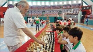 Pablo Ricardi deleitó a los más chicos con una gran simultánea en el Ave Fénix