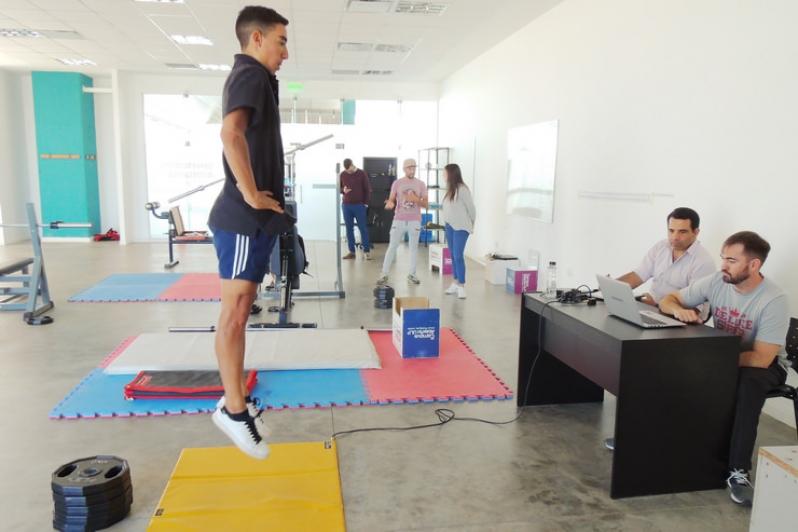 El ciclista internacional puntano Nehuén Bazán pasó por el laboratorio de biomecánica del Campus