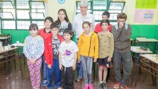 "El GM brasilero Jaime Sunye Neto, jugó simultáneas de ajedrez con alumnos del Centro Educativo Nº14 ""Dora Ochoa de Masramón"""