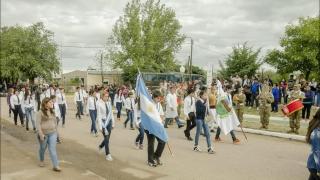 Los alumnos de la EPD de Navia participaron de un tradicional desfile popular