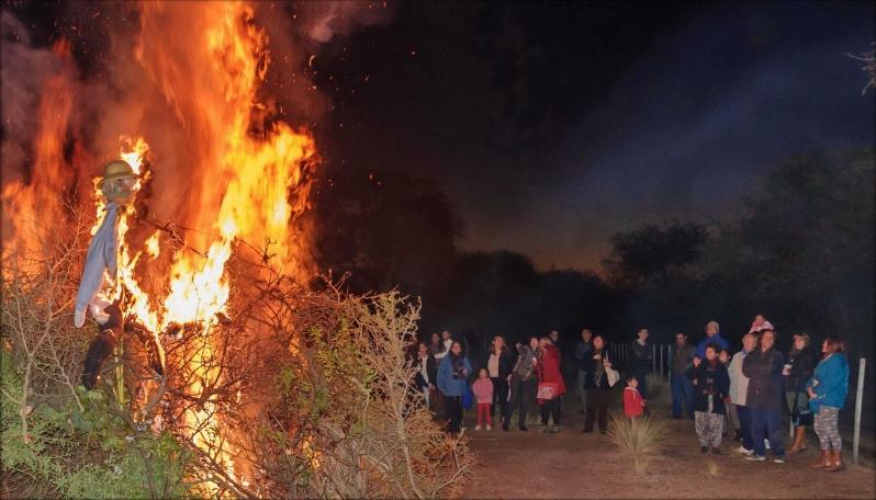 Los fuegos de San Pedro y San Pablo iluminaron el Valle del Conlara