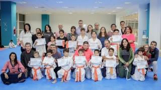 Trece pequeños taekwondistas crecen desde del Campus