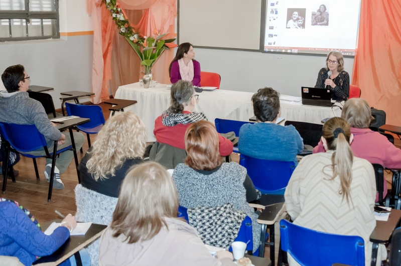 """Café literario: lectores de todas las edades debatieron sobre """"Momo"""", de Michael Ende"""