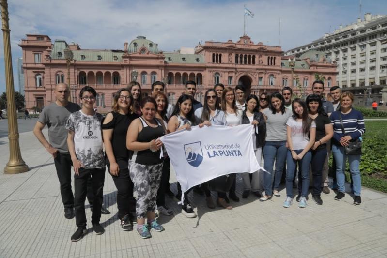 Los ganadores del viaje y sus tutores tramitaron la visa para viajar a Estados Unidos