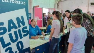 Fiesta digital en La Toma: el Gobierno de San Luis entregó dispositivos a alumnos y jubilados