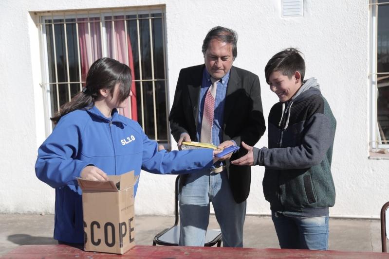 Foldscope y tabletas continúan llegando a las escuelas rurales
