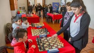 Chicos de La Punta jugaron simultáneas de ajedrez con Claudia Amura y Guadalupe Besso