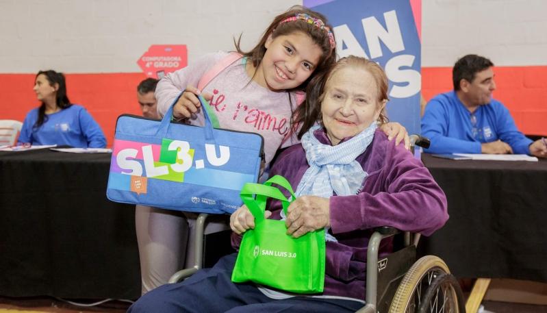 El Gobierno provincial benefició a más de mil alumnos y jubilados en Villa de Merlo