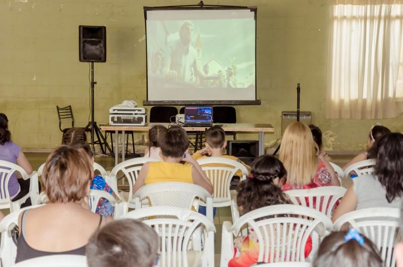 El Cine Móvil llevó alegría a los niños del salón UPCN