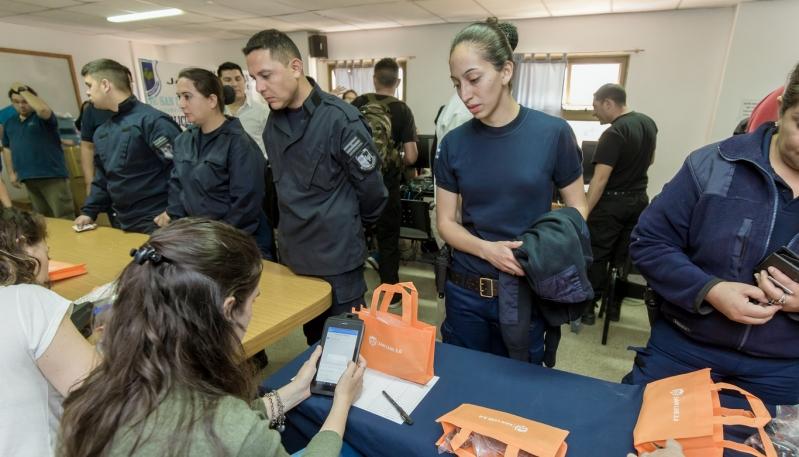 Comenzó la entrega de tabletas a los policías de la provincia