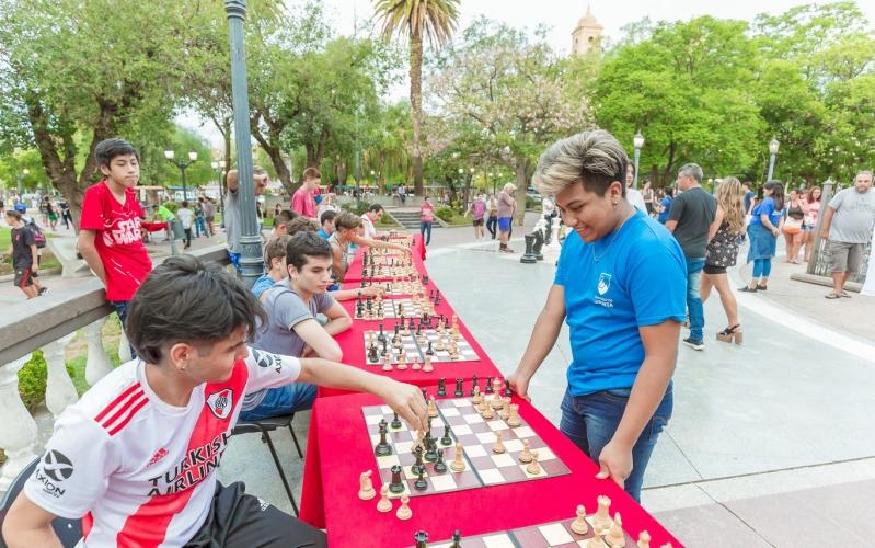 """Ajedrez: habrá clases """"Al paso"""" en Villa Larca y simultáneas en Plaza Pringles"""