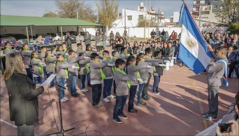 Alumnos de la EPD Albert Einstein prometieron lealtad a la bandera argentina