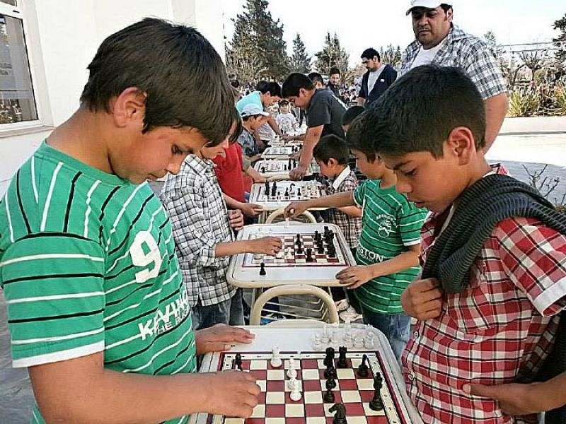 Los chicos festejaron su día jugando al ajedrez