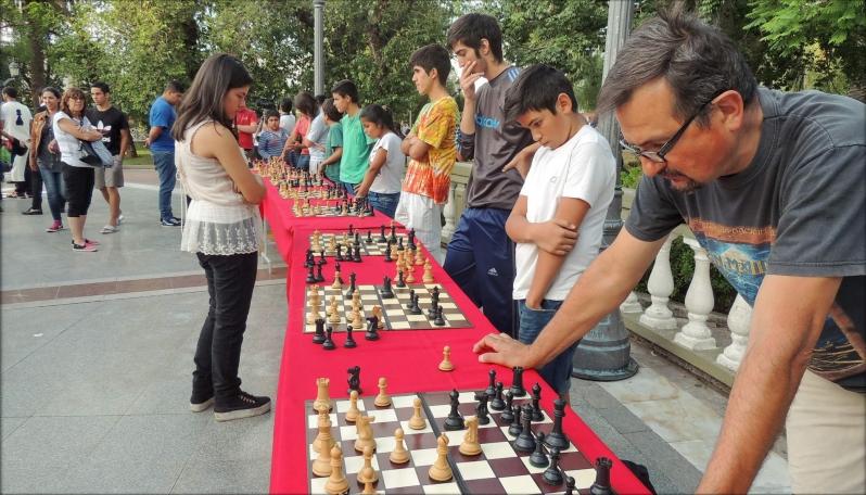 Grandes y chicos juegan al ajedrez en cada rincón de la provincia