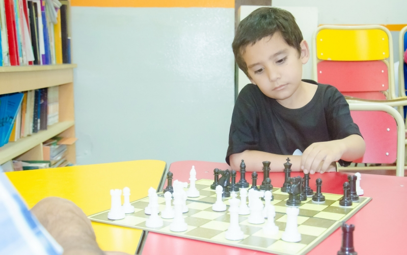 """Un alumno de la """"Albert Einstein"""" hizo podio en un certamen internacional de arte y ajedrez"""