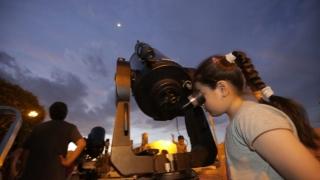 """La comunidad de la Escuela Nº70 """"Provincia de San Luis"""" observó la Luna con los telescopio del PALP"""