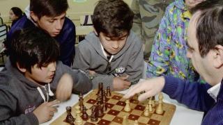 El ajedrez de la ULP llegó a la escuela del barrio Tibiletti