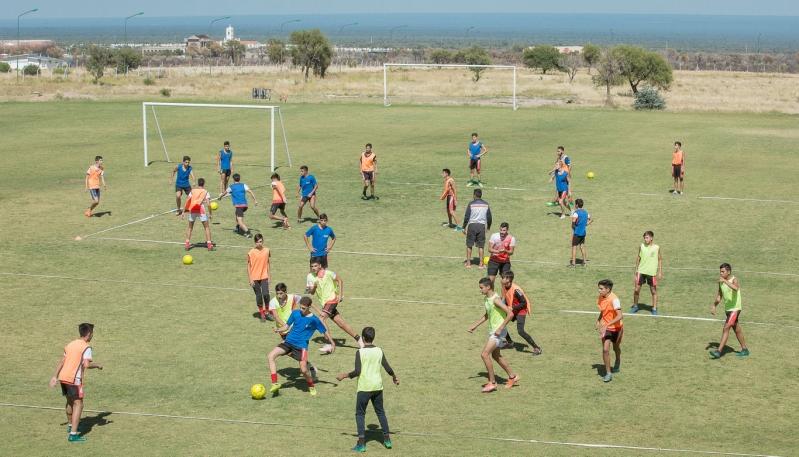 Más de cien futbolistas entrenan en simultáneo en el Campus