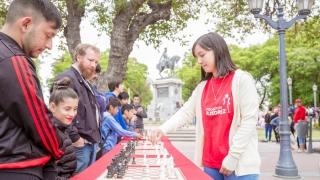 Grandes y chicos disfrutaron del ajedrez en la plaza Pringles