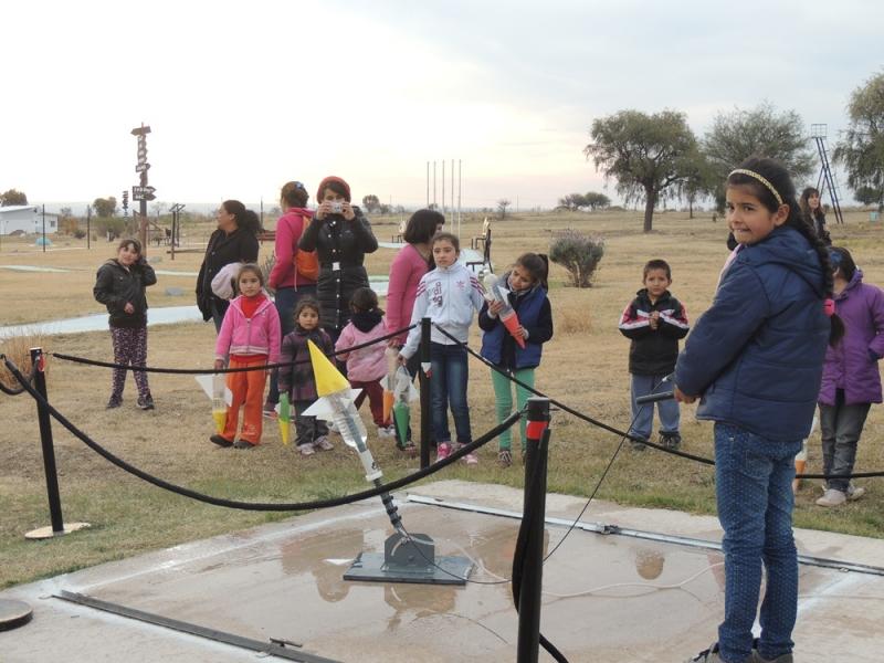 Los astros colmaron de felicidad a chicos de los barrios Tibiletti, Virgen de Luján y los Vagones