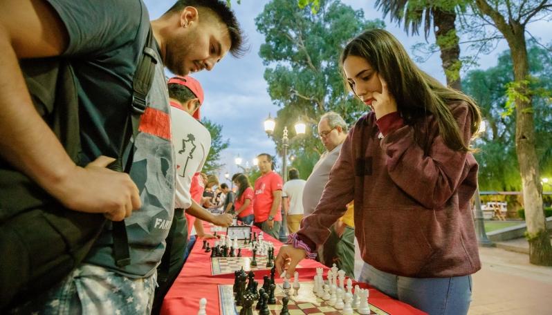 Puntanos y turistas disfrutaron del ajedrez en distintos puntos de la provincia