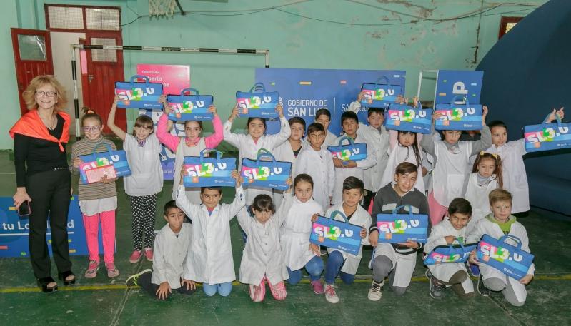 Más de 100 jubilados y alumnos recibieron sus tabletas y computadoras