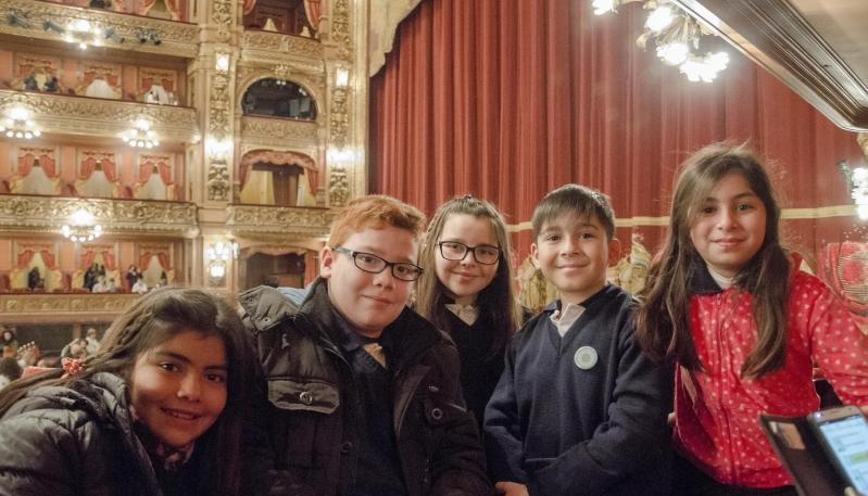 """La obra de ballet """"Baile de Graduados"""" deslumbró  a los chicos de la Escuela Juan Llerena"""