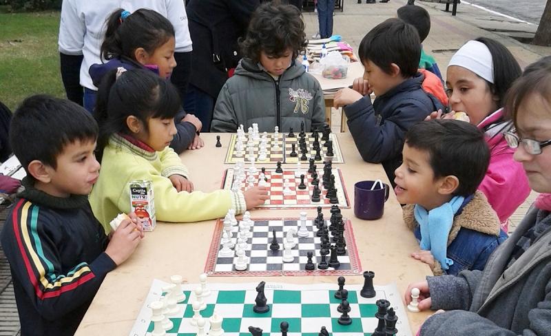 """Los jardines de Merlo tuvieron su primer contacto con el ajedrez en la jornada """"Paraguas por la Paz"""""""