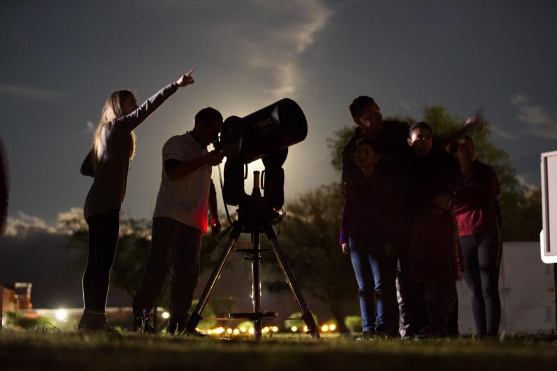 A pura ciencia se vivió la Noche Internacional de Observación de la Luna
