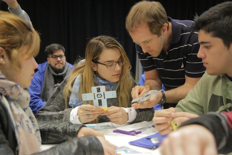 Chicos sanluiseños experimentaron en primera persona el uso del novedoso Foldscope