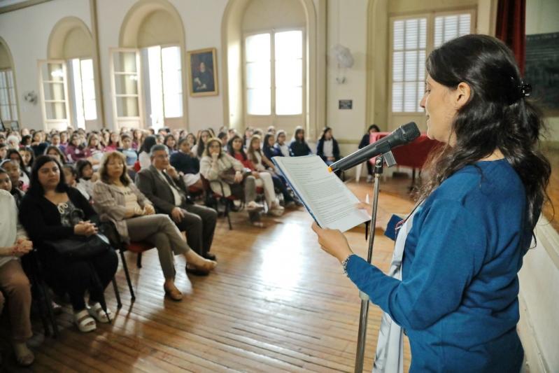 Alumnas de la Escuela Paula Domínguez de Bazán recibieron certificados de inglés, italiano y francés