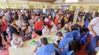 Alumnos y jubilados recibieron tabletas y netbooks en una divertida jornada