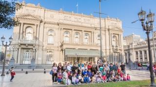 """Alumnos de seis parajes vieron la obra """"El Principito"""" en el imponente Teatro Colón"""