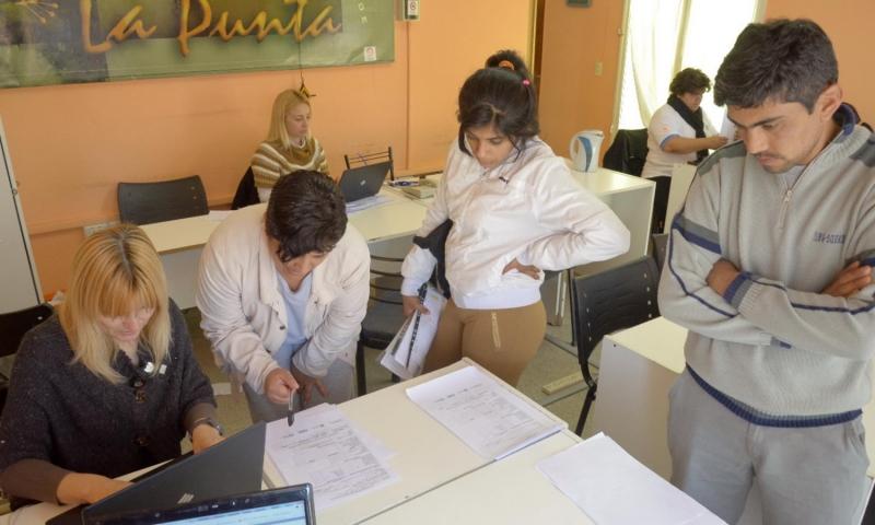 Ciudadanos de La Punta se inscriben en el plan universal