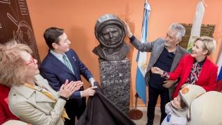 Unión de los pueblos: el gobernador inauguró un busto de Yuri Gagarin