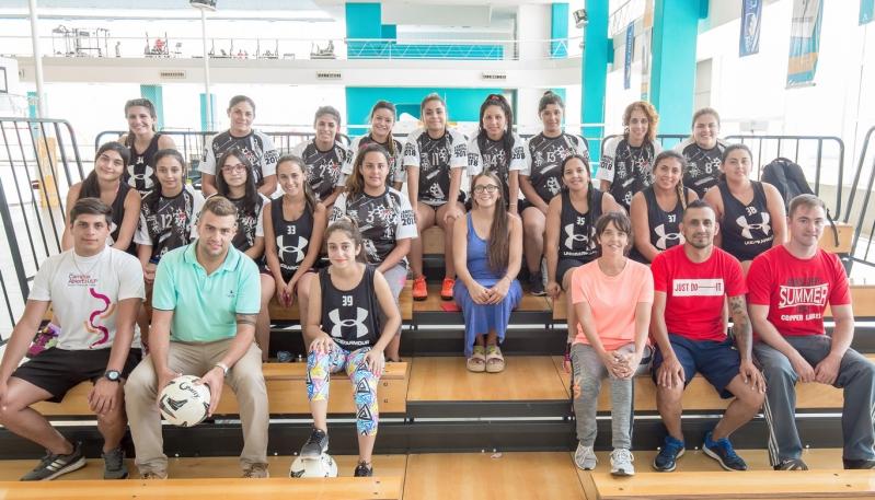 El equipo de fútbol femenino de Victoria entrena en el Campus