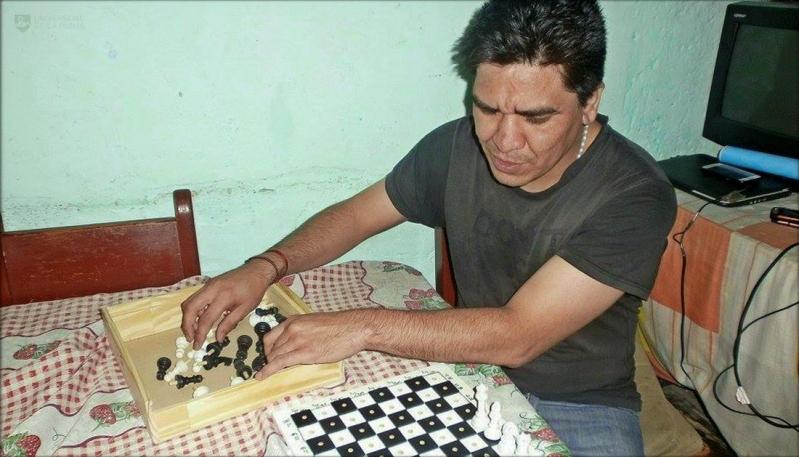 Con un juego de ajedrez adaptado, la ULP incluyó a un joven no vidente de Nueva Galia