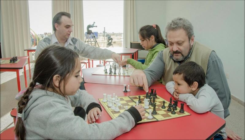 Viví una tarde de robótica, ajedrez y lectura en el PALP