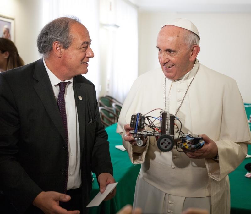 """Como un regalo del cielo: """"Maxs"""" el robot puntano que llegó a las manos de Francisco"""
