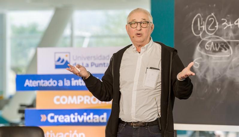 Más de 1200 personas formaron parte del encuentro con Adrián Paenza en la ULP